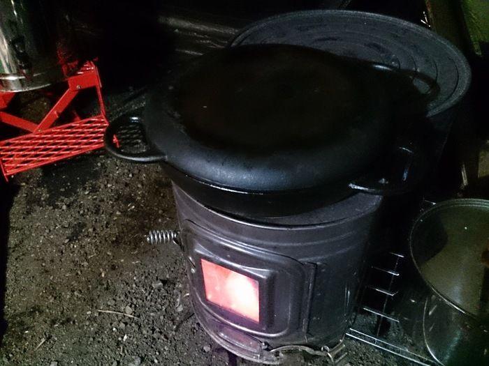 薪ストーブの上でニューラウンド万能鍋を使う様子