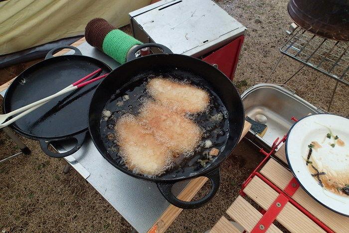 ニューラウンド万能鍋で揚げ物をする様子