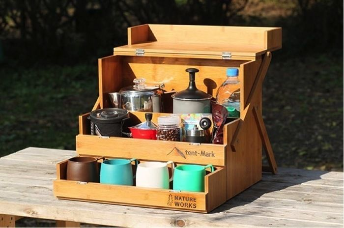 調味料やマグカップなどが入ったワーカーズオカモチの岡持ち型調味料BOX