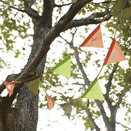 木につるされたガーランド