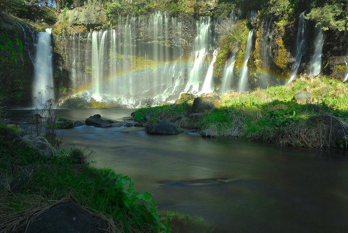 虹がかかった白糸の滝