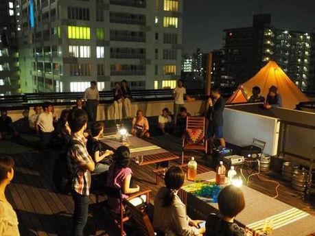 (神奈川県川崎市)ロックヒルズガーデンのバルコニーに集まる人々