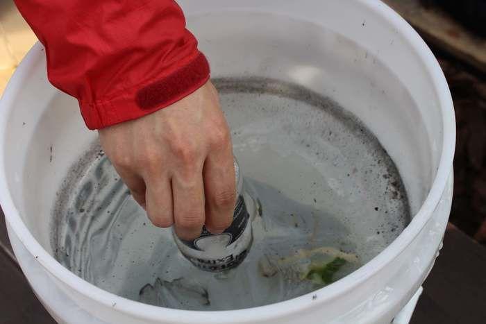 空き瓶を水に浸す様子