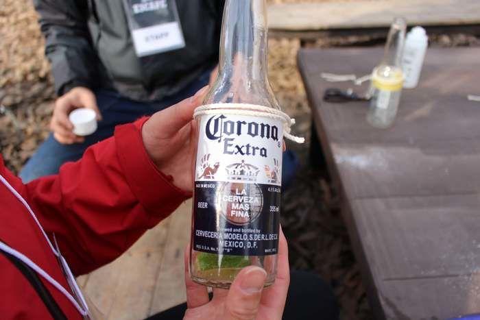 紐がまかれた空き瓶