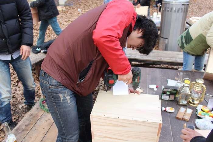 木の板を固定する男性