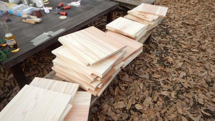 イスに置かれた木の板