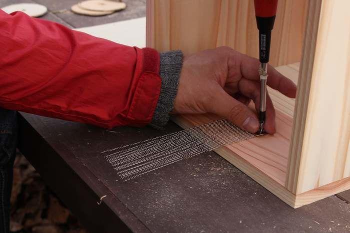 木の板にスナッピーを取り付ける様子