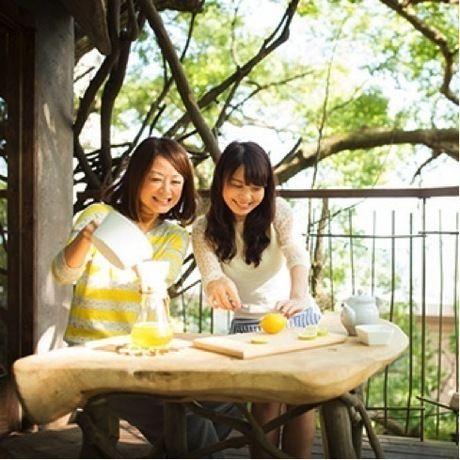 自然の中でピクニックを楽しむ女性