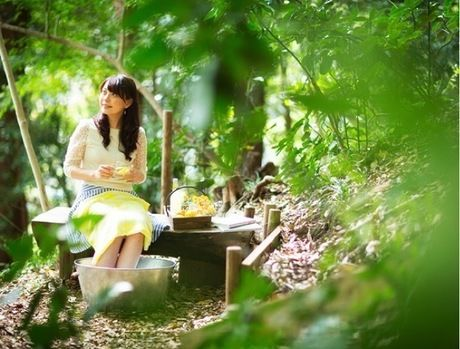 大自然の中で足湯をする女性