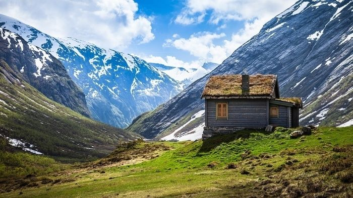 山のふもとにたつ山小屋
