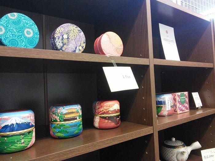 棚に並べられた伝統工芸品
