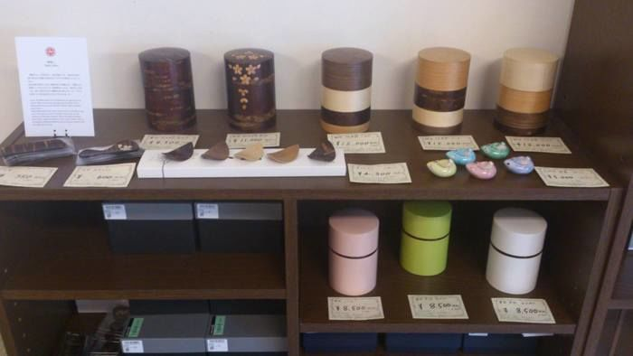 棚に並べられた日本茶