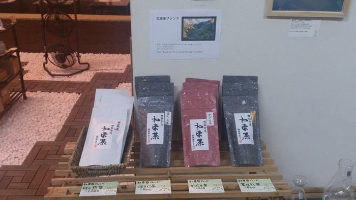 店内に並べられた伝統工芸品の茶器