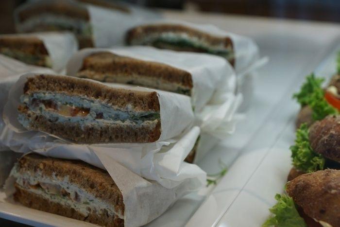 お店に並んだサンドイッチ