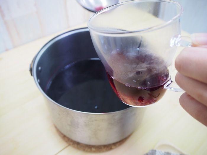 オレンジのマーマレードにワインを注ぐ様子