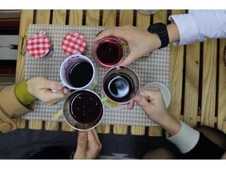 ホットワインで乾杯している様子
