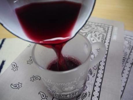 イチゴジャムにホットワインを注ぐ様子