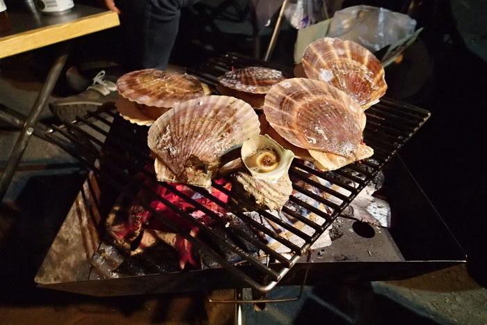 バーベキューコンロで焼く貝