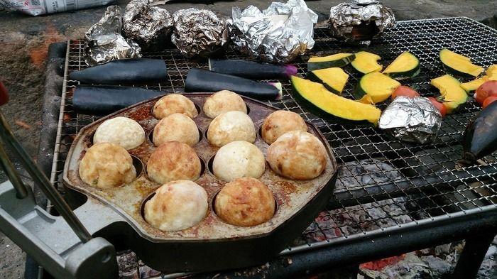 ロゴスたこやきパンでたこ焼きを作る様子