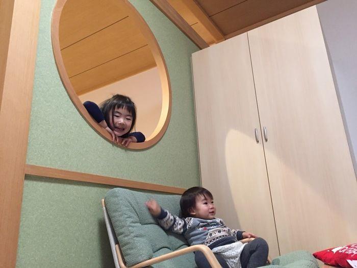 休暇村日光湯元の和洋室ではしゃぐ子供