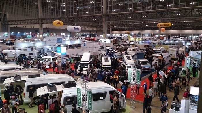 ジャパンキャンピングカーショーに訪れる人々