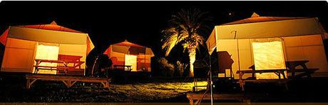 初島アイランドリゾートのグランピングサイトの夜の外観