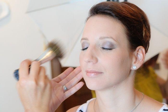 化粧をされている女性