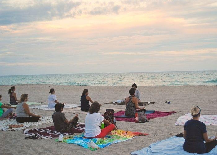 砂浜でヨガをしている女性たち