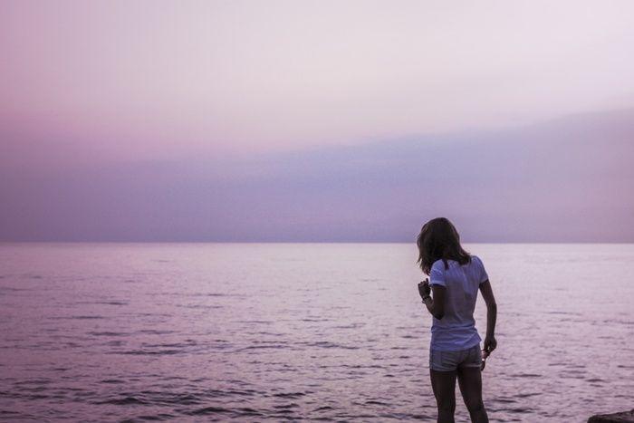 広大な海と女性