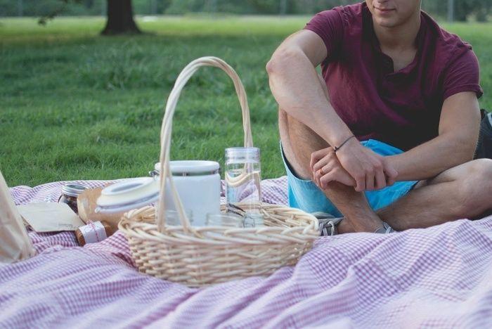 ピクニックラグに座る男性