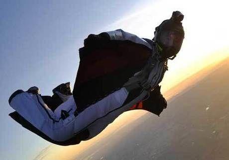 伊藤慎一氏がウィングスーツフライングで空を飛ぶ様子