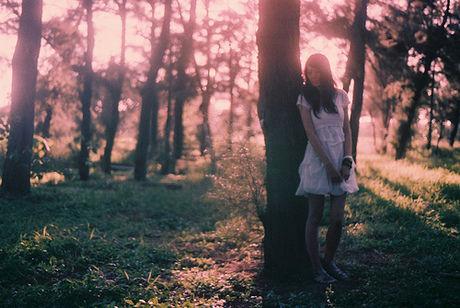 木にもたれかかる女性