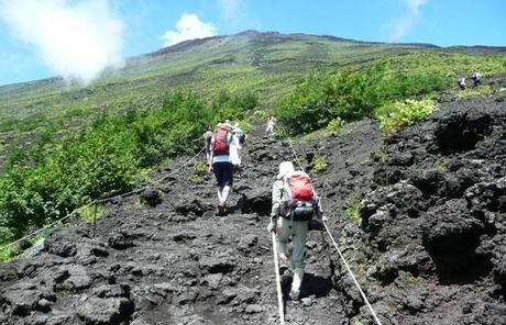 登山をする人々