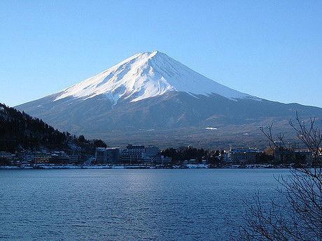 湖越しに見る富士山