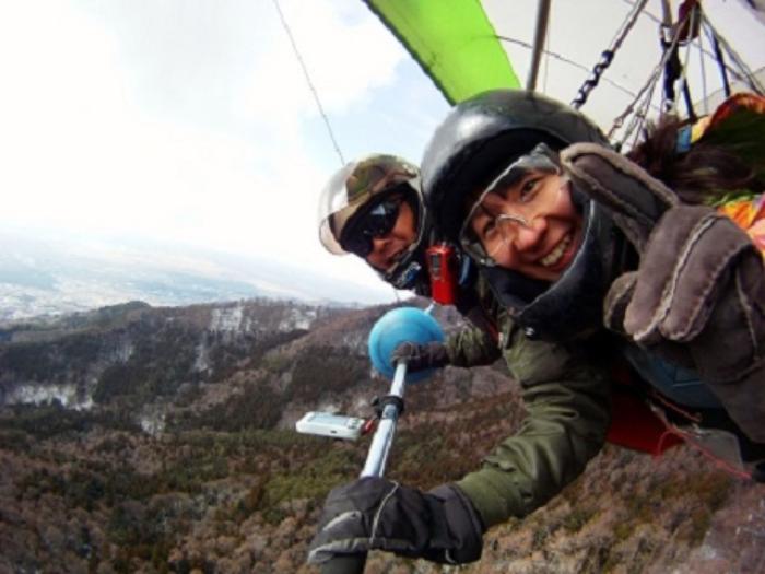 山梨県、忍野スカイスポーツ倶楽部でハンググライダーをする人