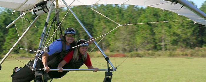 茨城県、ウインドスポーツでハンググライダーをする人