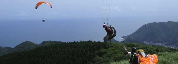 静岡県、今井浜フライングスクールでハンググライダーをする人
