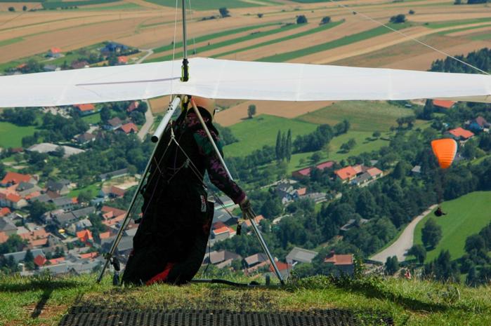 ハンググライダーをする人