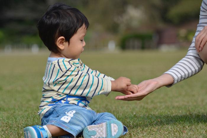 公園で遊ぶ子供