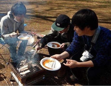 智光山公園のバーベキュー場でバーベキューをする人々