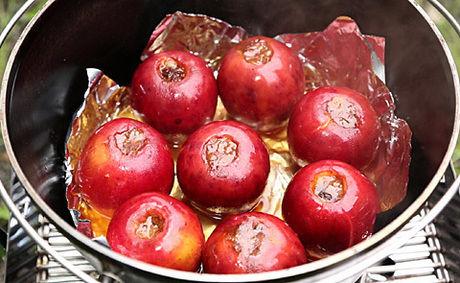 ダッチオーブンで作る焼きリンゴ