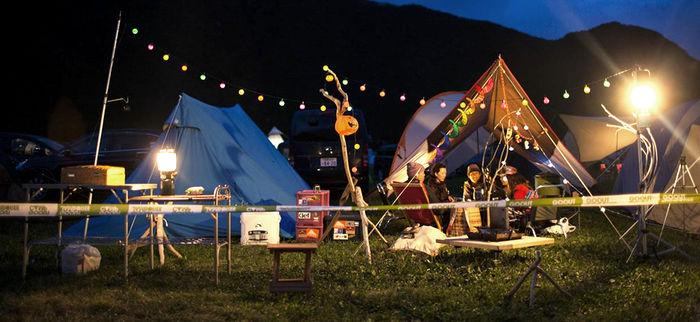 夜のキャンプサイトの様子