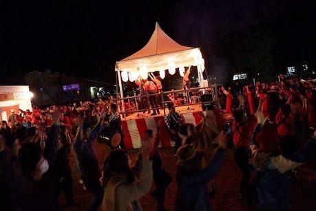 GO OUT CAMPのお祭りで盛り上がる人々