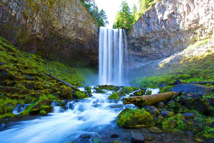 美しい滝と川の水の流れ