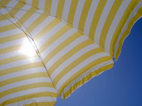 黄色いパラソル越しの太陽