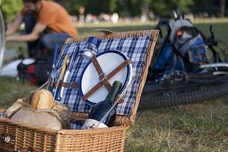 食器とパンとワインを入れたバスケット