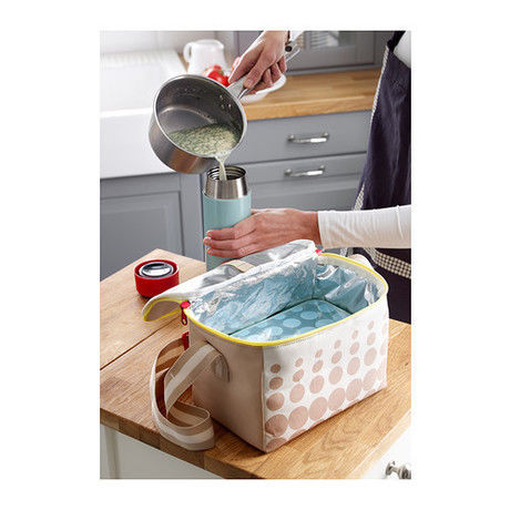 水筒にスープをすすぐ手元とクーラーボックス