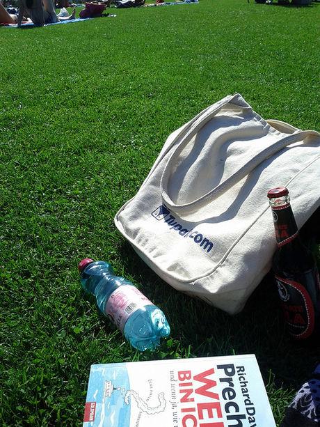 芝生の上に置かれたキャンパスバック