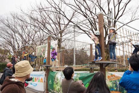 アウトドアデイジャパンのフォレストアドベンチャーで遊ぶ子供達