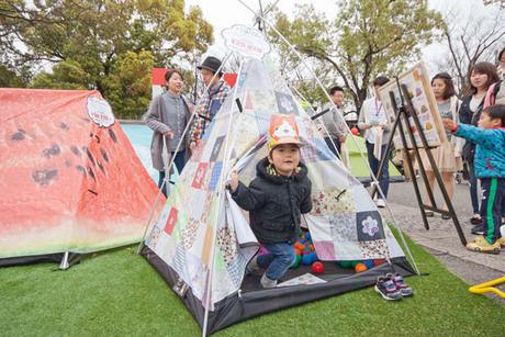 テントの中で遊ぶ子供の様子
